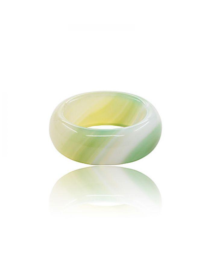 Кольцо из светло-зеленого полосатого агата, среднее
